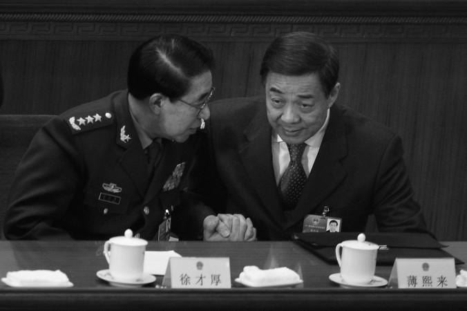 Сюй Цайхоу, бывший заместитель председателя Центрального военного совета (слева) беседует с бывшим секретарём парткома Чунцина Бо Силаем после третьего пленарного заседания ВСНП 9 марта 2012 года в Пекине. Недавно у Сюй Цайхоу в подвале следователи обнаружили нефрит, ценные предметы антиквариата и аккуратно упакованные банкноты весом около тонны. Фото: Feng Li/Getty Images