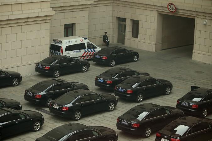 Охранник на парковке служебных автомобилей высокопоставленных китайских чиновников, 8 марта 2013 года, Пекин. Фото: Feng Li/Getty Images