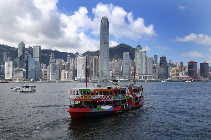 Судно компании «СтарФерри» пересекает гавань Гонконга 31 мая 2013 года. Из-за последних политических событий многие гонконгцы собираются в другие страны. Фото: David Rogers/Getty Images