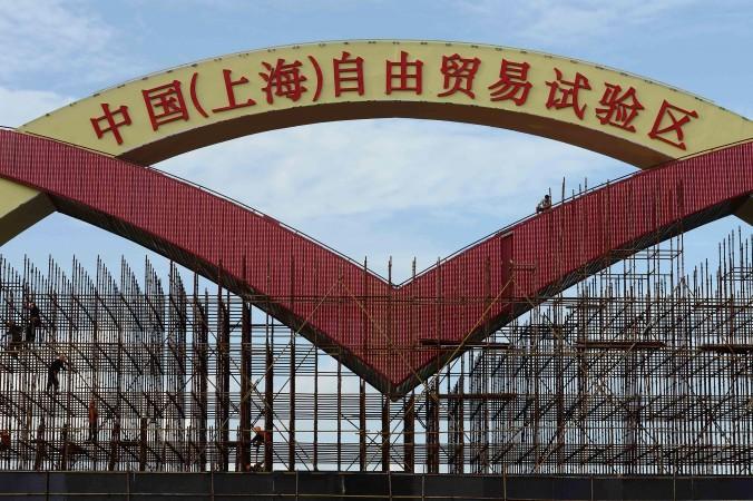 Арка с надписью «Китай (Шанхай) экспериментальная зона свободной торговли», Шанхай, 23 сентября 2013 года. Фото: ChinaFotoPress/Getty Images