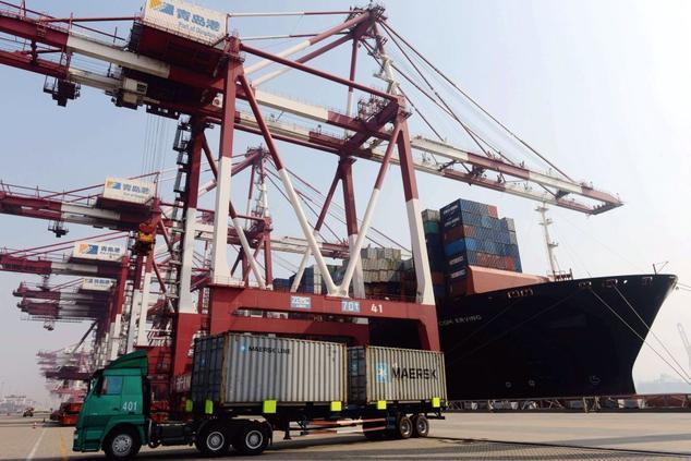 Контейнеровоз разгружается в порту Циндао, провинция Шаньдун, октябрь 2013 года Фото: STR/AFP/Getty Images
