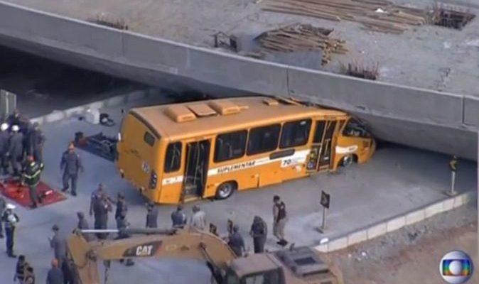 В бразильском Белу-Оризонти обрушилась эстакада вблизи футбольного стадиона ЧМ (видео)