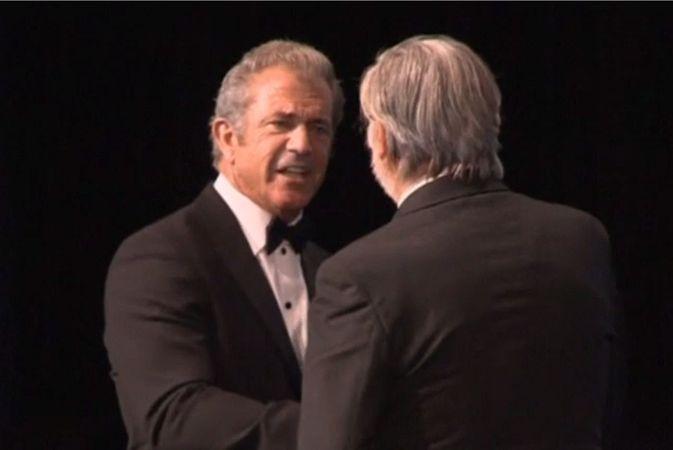 Мел Гибсон получил «Хрустальный глобус» за вклад в кино на Кинофестивале в Карловых Варах