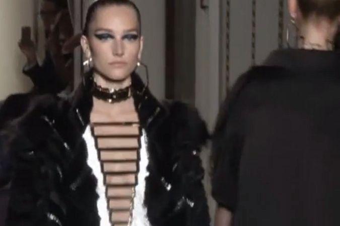 Показ дома Versace открыл Парижскую неделю моды