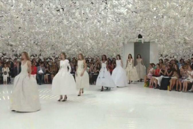 Зрители шоу Dior на Неделе высокой моды в Париже отправились в путешествие во времени
