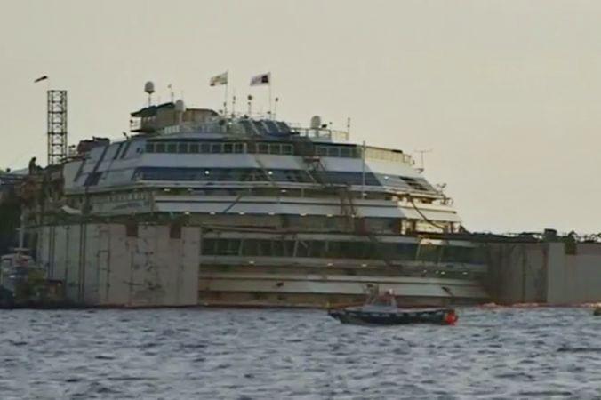 Инженеры начали поднимать затонувший лайнер Costa Concordia