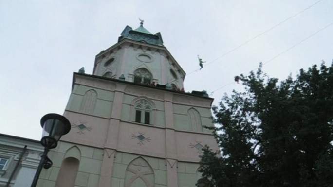Артисты цирка поразили прохожих на улицах польского Люблина