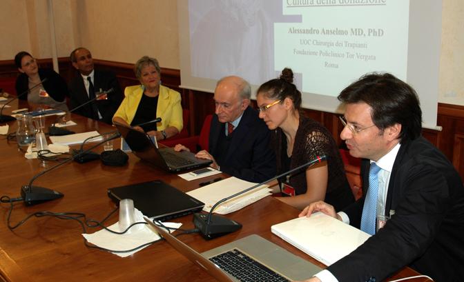 Международный адвокат по правам человека Дэвид Мэйтас (в центре) и д-р Александр Ансельмо (справа) на первом национальном симпозиуме по этике в области трансплантации в итальянском парламенте 11 июля 2014 года. Фото: Andrea Lorini/Epoch Times