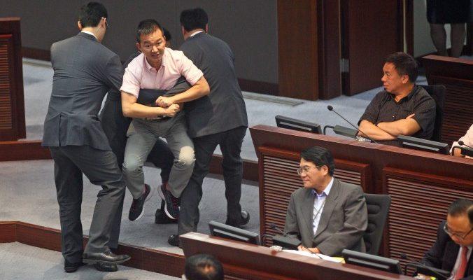 Главу Гонконга обвинили в фальсификации