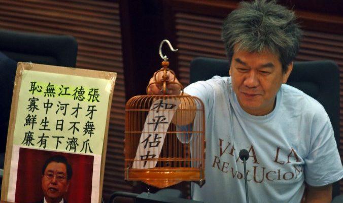 Похвала пекинского чиновника усугубила положение главы Гонконга