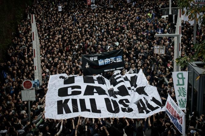 Протестующие держат большой баннер во время митинга в поддержку свободы прессы в Гонконге 2 марта. Митинг был организован после жестокого нападения на бывшего редактора местной либеральной газеты. Фото: Philippe Lopez/AFP/Getty Images