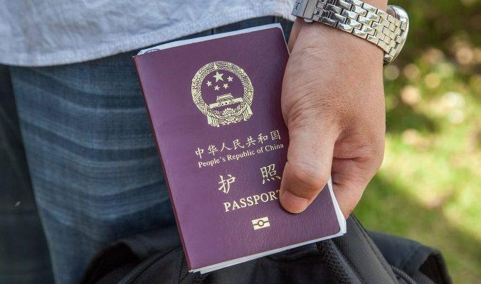 Пекинские чиновники сдали паспорта