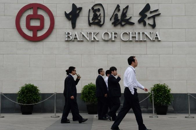 Банковские работники возле здания Банка Китая в районе Сидань, Пекин, 8 мая 2013 года. Фото: Mark Ralston/AFP/Getty Images