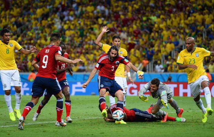 Острый момент в матче сборных Колумбии и Бразилии. Фото: Джейми Макдональд / Getty Images