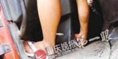 Водитель несколько часов удерживал машину над пропастью на юго-западе Китая