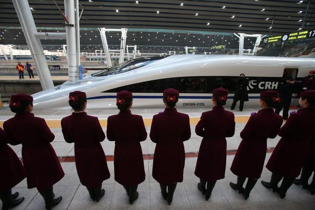 Внешний лоск страны не всегда соответствует её экономике. Высокоскоростной поезд на станции в Пекине готовится к отправлению в Гуанчжоу 26 декабря 2012 года. Фото: STR/AFP/Getty Images