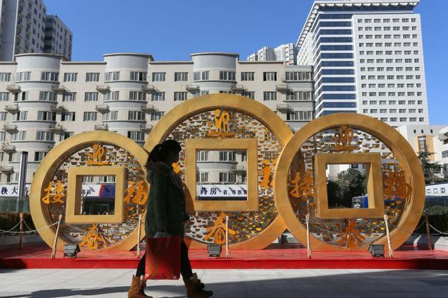 Памятник медным монетам, которые по фен-шуй приносят удачу, Чжэнчжоу, Китай, 2014 год. Фото: ChinaFotoPress via Getty Images