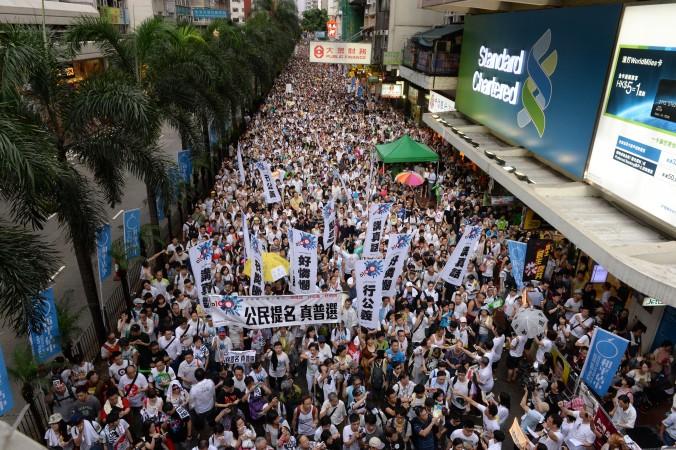 Протестующие маршируют по улицам Гонконга в поддержку всеобщего избирательного права 1 июля. Фото: Song Xianglong/Epoch Times