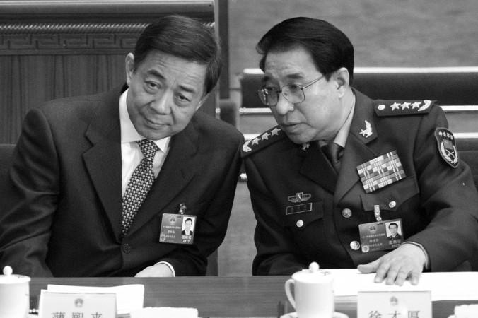 Сюй Цайхоу (справа), бывший вице-председатель Центрального военного совета, беседует с Бо Силаем, бывшим членом Политбюро, во время сессии Всекитайского собрания народных представителей в Большом зале народных собраний в Пекине 5 марта 2012 года. Сюй был недавно исключён из коммунистической партии Китая, якобы за коррупцию. Фото: Liu Jin/AFP/Getty Images