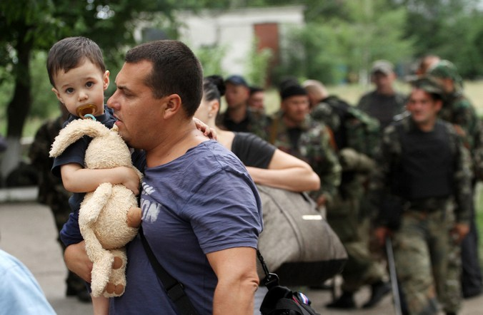 Луганск, Украина, беженцы