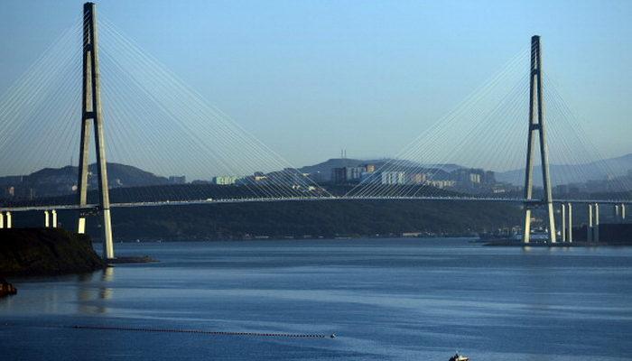 Вход на «Золотой мост» во Владивостоке перекрыл оползень