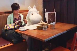 Плюшевые мумми-троли поднимают посетителям настроение в токийском кафе