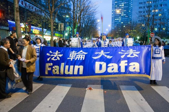 Последователи Фалуньгун на параде в Париже в ноябре 2009 года. Фото: Roger Luo/Epoch Times