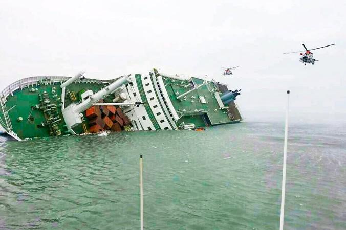 Пассажирский паром затонул 16 апреля у берегов острова Чжиндо в Южной Корее. Фото: The Republic of Korea Coast Guard via Getty Images