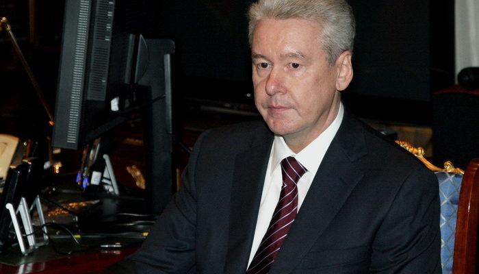 На мэра Москвы грозно смотрят из Кремля