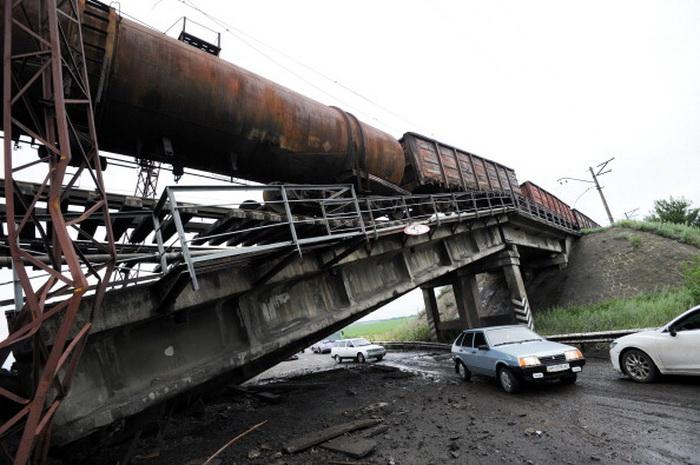 Подрыв железнодорожного моста на Украине. Фото: DOMINIQUE FAGET/AFP/Getty Images