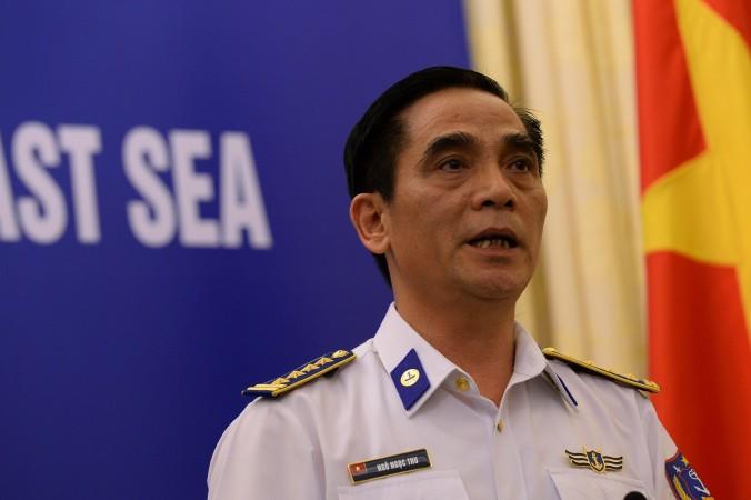 Нгок Нгок Тхю (Ngoc Ngoc Thu), заместитель командира вьетнамской береговой охраны, говорит о напряжённости в отношениях между Китаем и Вьетнамом во время пресс-конференции в Ханое 5 июня. В среду, 16 июля, Китай объявил, что уберёт нефтяную платформу из вод между Вьетнамом и Парасельскими островами. Фото: HOANG DINH NAM/AFP/Getty Images