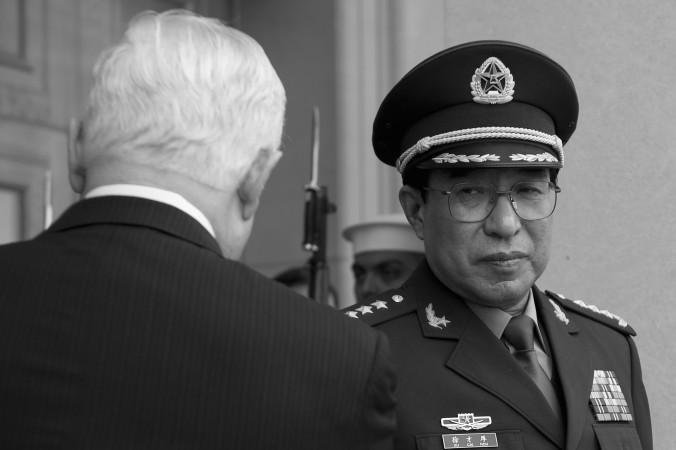 Министр обороны США Роберт Гейтс (слева) приветствует вице-председателя Центрального военного совета Китая, генерала Сюй Цайхоу (справа) в Пентагоне, Вашингтон, 27 октября 2009 года. Сюй недавно был исключён из КПК и отдан под суд. Фото: Jim Watson/AFP/Getty Images
