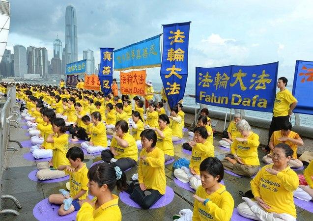 Последователи Фалуньгун выполняют одно из упражнений своей практики. Гонконг. Июль 2014 года. Фото: minghui.org