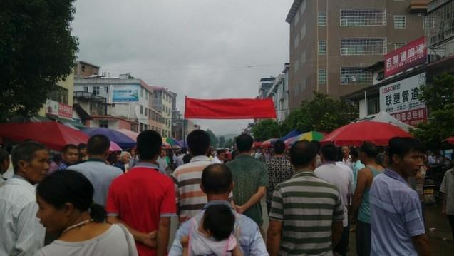 Народный протест в Китае. Деревня Синьцзе провинции Гуандун. Июль 2014 года. Фото с epochtimes.com