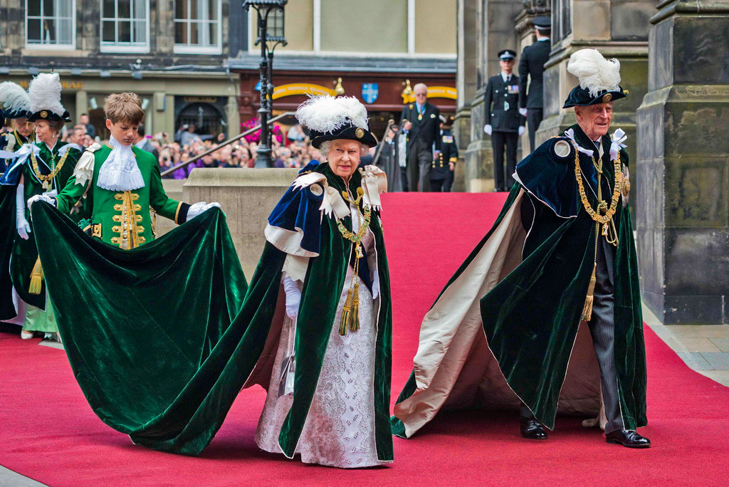 Королева Великобритании Елизавета II с супругом принцем Филиппом, герцогом Эдинбургским, прибыли в отель St Giles' Cathedral 3 июля 2014 года в Эдинбурге, Шотландия. Королевская семья пребывала в Шотландии неделю, за это время посетила дворец Холеруд и принимала участие в различных мероприятиях. Визит связан с предстоящим голосованием на референдуме по вопросу о независимости Шотландии 18 сентября. Фото: Chris Watt/Getty Images