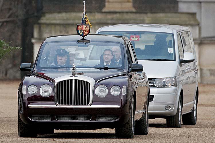 В 2002 году в Великобритании специально для королевы Елизаветы II были созданы два автомобиля Bentley State Limousine. В основу лег седан Arnage с турбомотором V8 6.75 (400 л.с.). Но королевский экипаж длинее, шире и выше, защищен броней и имеет герметичный салон. Кроме того, предусмотрены специальные непрозрачные накладки на окнах. Фото:  Getty Images