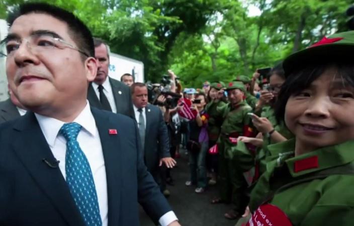 25 июня десятки добровольцев в китайской военной форме 60-х годов помогали Чэню кормить бездомных в Центральном парке Нью-Йорка. Фото: скриншот/theepochtimes.com
