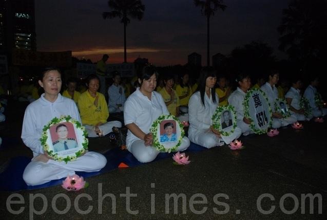 Последователи Фалуньгун проводят акцию памяти своих единомышленников, погибших в результате репрессий в Китае. Город Куала-Лумпур, Малайзия. 2012 год. Фото: The Epoch Times