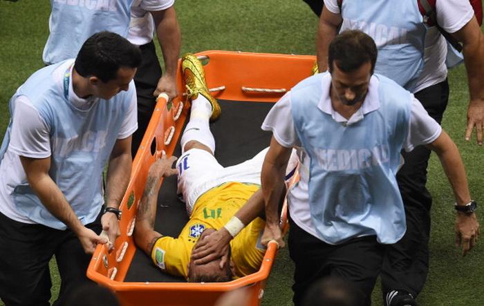 Травмированного Неймара выносят с поля на носилках. Фото: ODD ANDERSEN/AFP/Getty Images