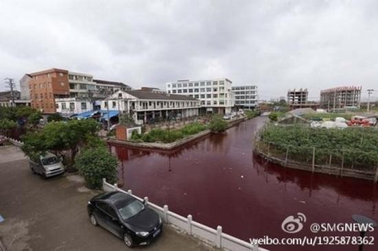 Вода в реке стала красной. Провинция Чжэцзян. Июль 2014 года. Фото с epochtimes.com