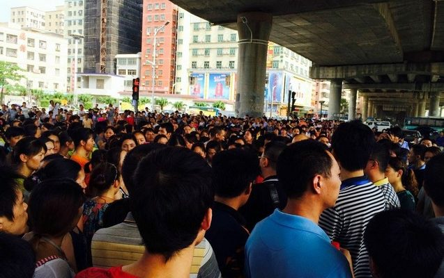 Тысячи рабочих швейной фабрики бастуют в Китае