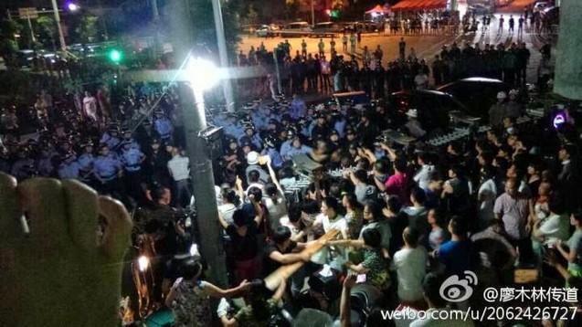 Фото с места событий во время попытки властей снести церковь. Провинция Чжэцзян. Июль 2014 года. Фото с epochtimes.com