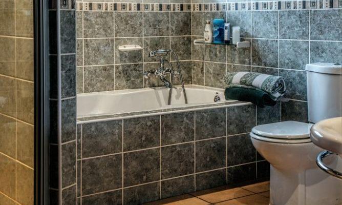 Как самим обложить ванную плиткой?