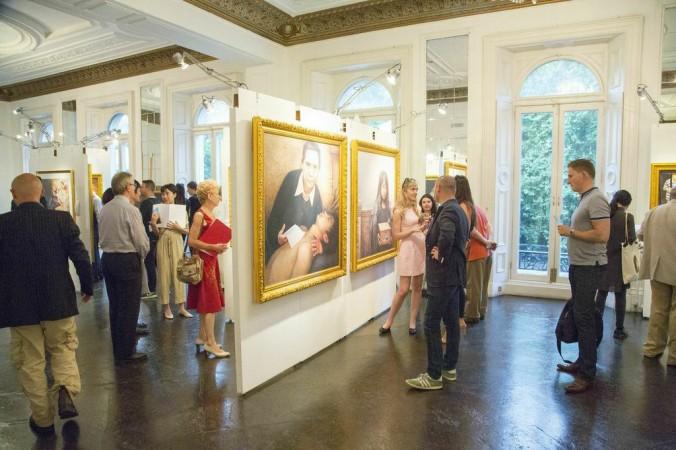 Посетители осматривают международную  выставку «Истина, Доброта, Терпение» в лондонской галерее Il Bottaccio 6 августа 2014 г.   Фото: Simon Gross/The Epoch Times