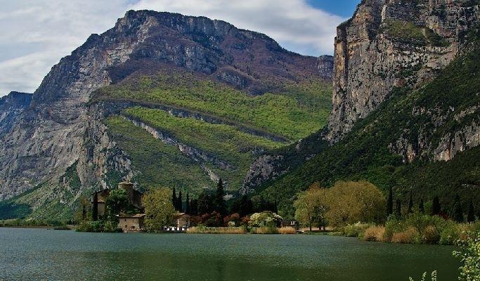 Тоблино — самый знаменитый замок Тренто. Он расположен на фоне идиллического пейзажа на берегу одноимённого озера. Фото: Charles Mahaux
