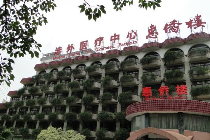 Здание Хуэйцяо, часть больницы Наньфан, в южной китайской провинции Гуандун. Бывший китайский чиновник заявил, что в 1980-е годы в больнице проводилось много пересадок органов китайцам из-за рубежа. Органы вырезали у казнённых заключённых. Фото: Weibo.com