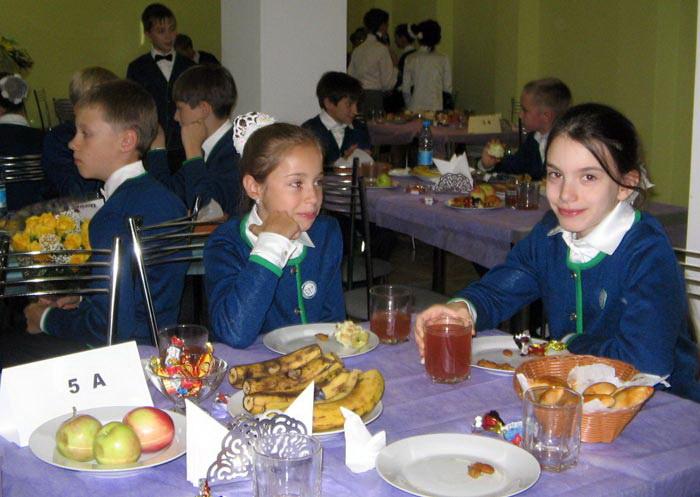 Первый обед в школьной столовой. Фото: Татьяна Петрова/Великая Эпоха