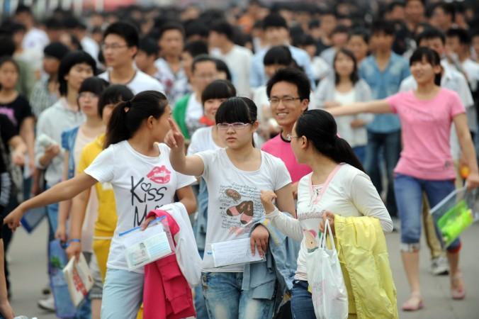 Бывшие школьники накануне вступительных экзаменов в университет города Бочжоу провинции Аньхой 7 июня 2013 года. Фото: AFP/Getty Images