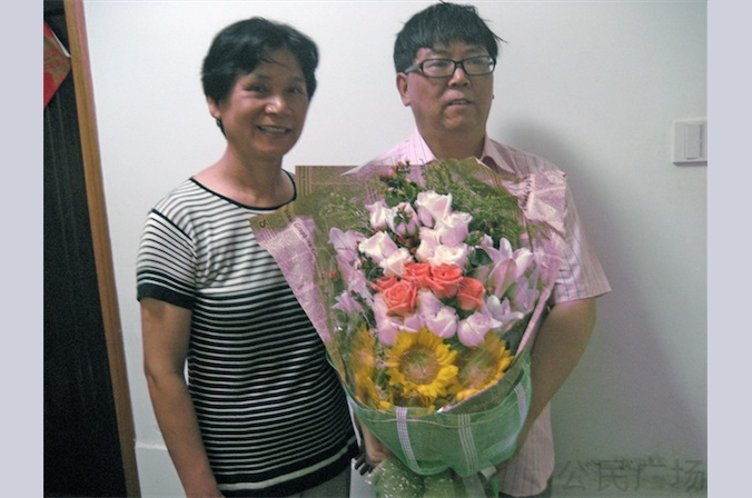 Люй Гэнсун с женой Ван Сюэе после его освобождения из тюрьмы в августе 2011 года. Китайский демократический активист и учёный недавно был обвинён в подрыве государственной власти. Фото: Chinese Human Rights Defenders