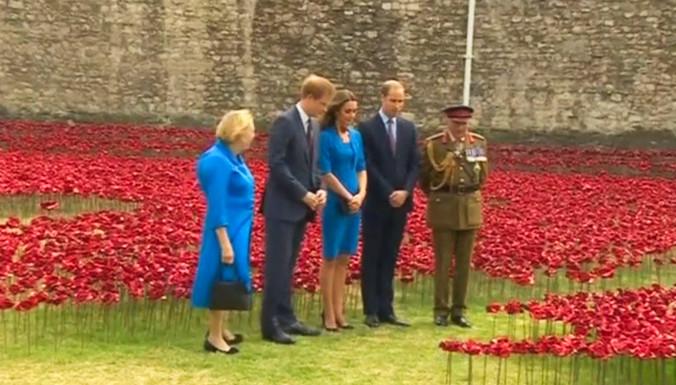 Принц Уильям, его жена Кэтрин и брат Гарри «посадили» красные маки у стен ТауэраПринц Уильям, его жена Кэтрин и брат Гарри «посадили» красные маки у стен Тауэра